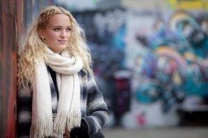 Portret van Amber met graffiti op de achtergrond