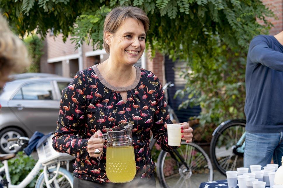 Heidi schenkt limonade in bij de Hartjessteeg