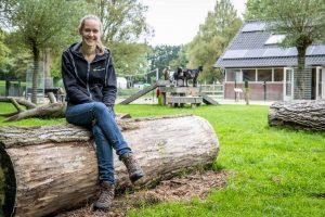 Portret van Lisa Kramer op een boomstam bij kinderboerderij de Bongelaar