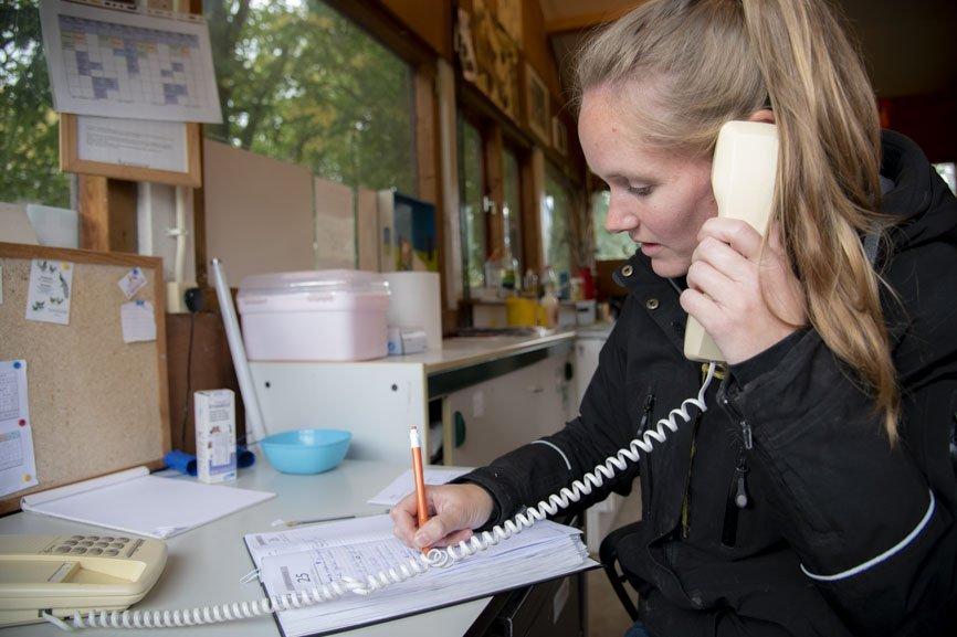 Lisa in haar kantoor op De Hanebalk in gesprek met de dierenarts