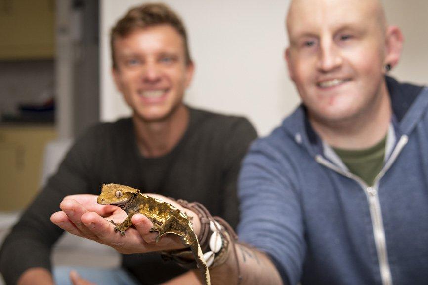 Melvin op bezoek bij een cliënt met een gekko