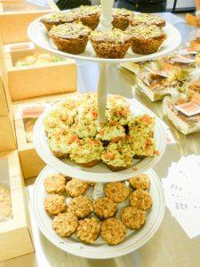 Kleine cakjes op een taart toren