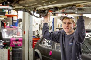 Jordy in de garage van het racingteam