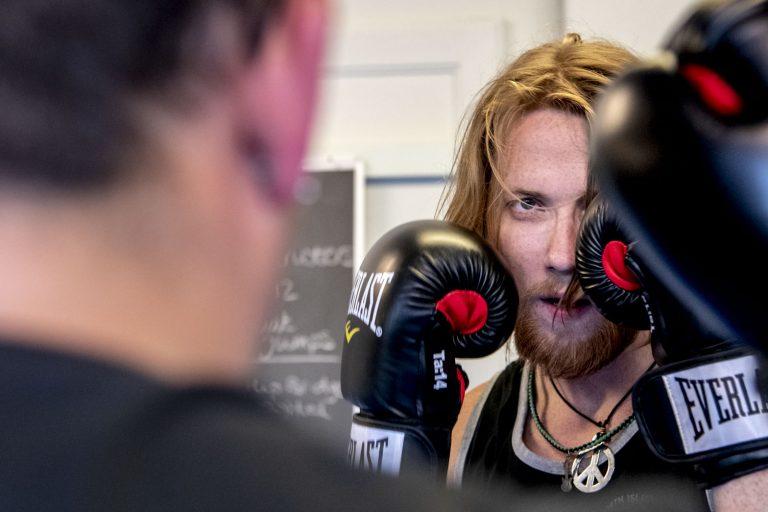 Mark doet een bokstraining met Kevin