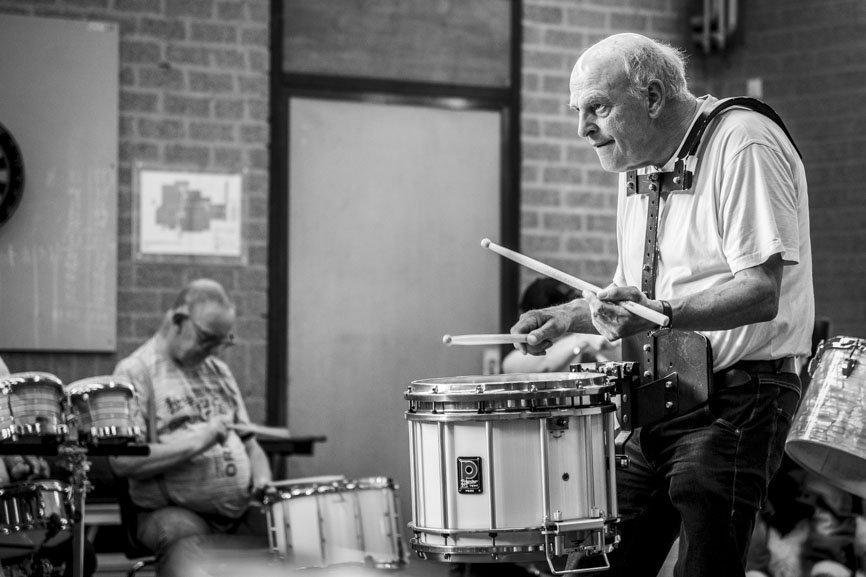 Theo Ursem doet voor hoe je  zachtjes moet drummen