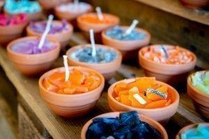 Kaarsen in schaaltjes van aardewerk in winkel Wideloe Skager AC Esdege-Reigersdaal