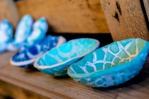 blauwe kommetjes in winkel Wideloe Skager AC Esdege-Reigersdaal