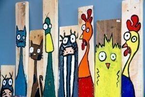 Op hout geschilderde dieren in winkel Wideloe Skager AC Esdege-reigersdaal