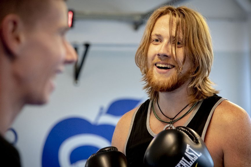 Mark en Kevin lachen tijdens de bokstraining