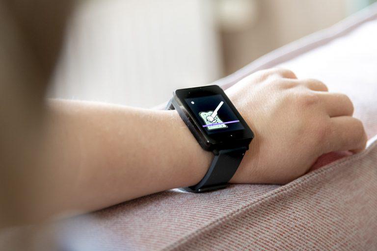 smartwatch om pols van een cliënt