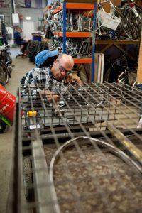 Man aan het werk bij 't Freem in Zwaag