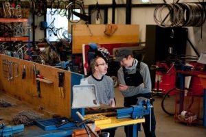Twee mannen aan het werk bij 't Freem in Zwaag