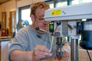 Man met boormachine bij Houdt van Hout in Zwaag