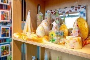 Geel met witte kaarsen op een gele zijde doek