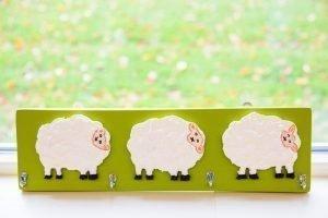 Plank met houten schapen en haakjes