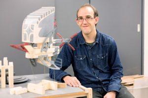 Man met houten fantasie vliegmachine
