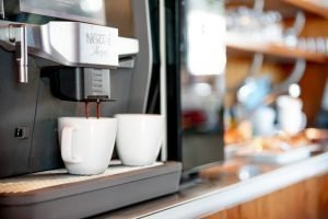 Koffiemachine en twee koffiekopjes