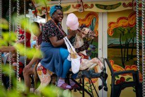 Vrouw met suikerspin in een draaimolen