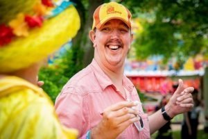 Lachende man met een pet op het Zomerfestival