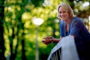 Portret Kirsten Wolf op een brug in een park