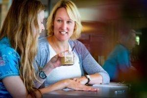 Kirsten en shirley drinken een kopje koffie