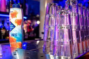 Fles limonande siroop op de bar tijdens de G-disco in Odeklonkje