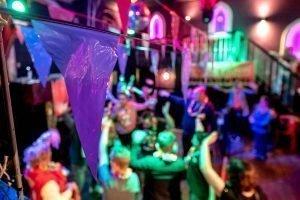 Dansende mensen op de dansvloer tijdens de G-disco