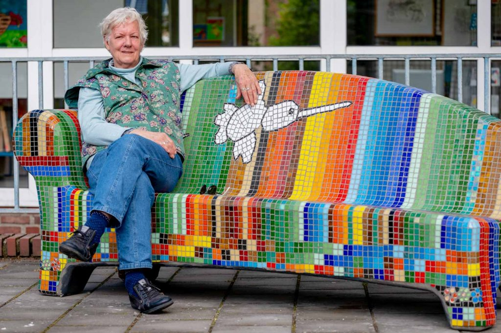 Portret van Gerda baron de social sofa bij centrum 31