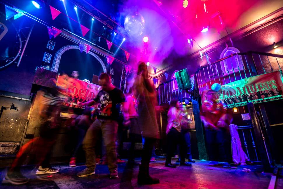 Mensen dansen op de dansvloer tijdens de G-disco