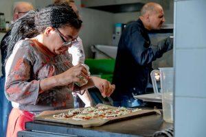 Minipizza's worden gekruid