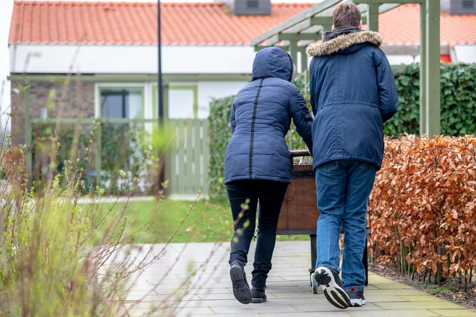 Langs de groepen met een handkar op Buitenhof
