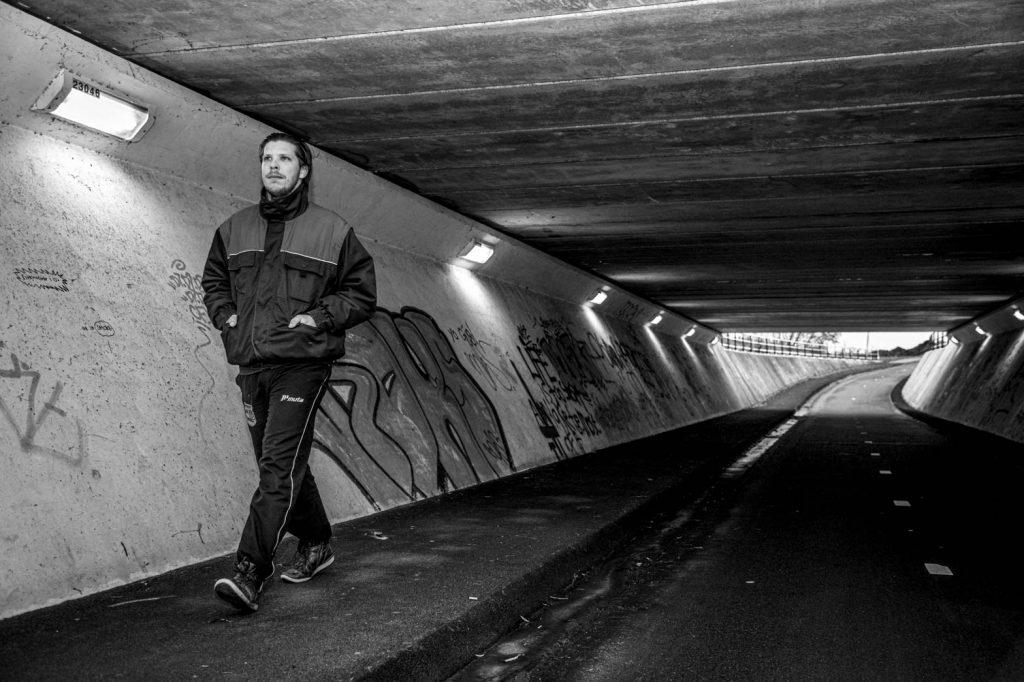 Daniel loopt door een tunnel