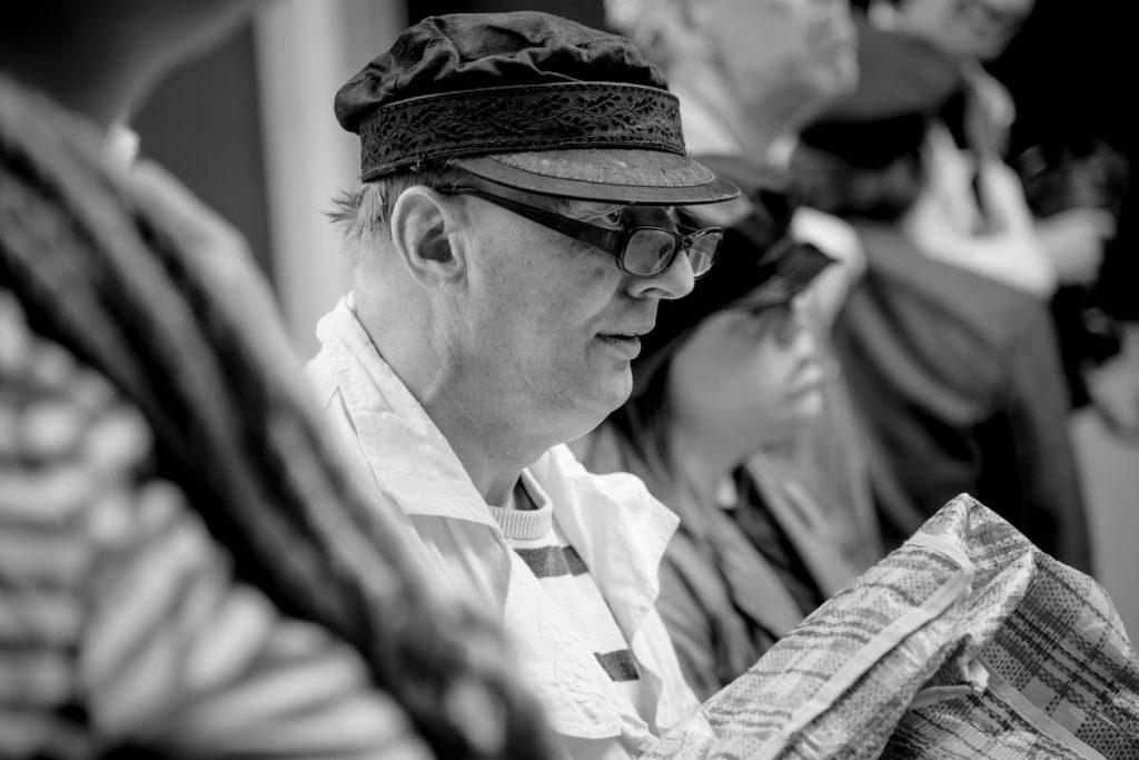 Mannelijke acteur met zeemanspet en bril