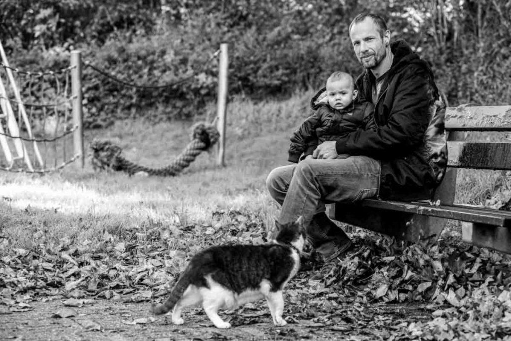Vader en zoon op een bankje in het park