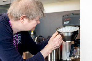 Jolanda stop de filterhouder in het koffiezetapparaat