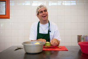 Medewerker Bakkerij de Rode Luifel schilt appels voor een appeltaart