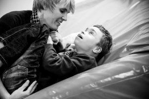 Ester Walta masseert kinderen op de Carrousel