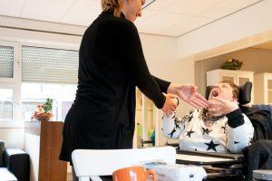 Fenna doet een handklap spelletje met Hilda