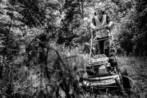 Werken met een grasmaaier in het Geestmerambacht Cluster Fetura