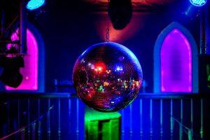 Spiegelbol tijdens de G-disco in Odeklonje in Den Helder