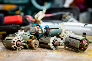 Man repareert elektrisch gereedschap
