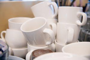 Stapel witte kopjes in het theehuis