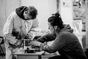 Linda en Ahmed maken een pot verf open