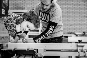 Sindead en Mike werken met de zaagtafel