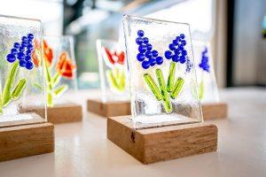 glasfusie bloemetjes in een standaard