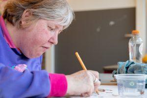 Ingeborg werkt met potlood