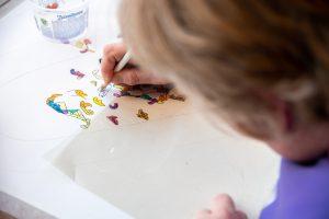 Ingeborg aan het werk met kleurpotlood