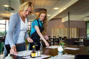 Kirsten en shirley dekken samen een tafel