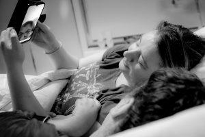 Meta en monique kijken samen naar de telefoon