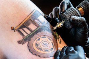 Aisha werkt aan Tomas' tattoo bij tattooshop Nothing to prove